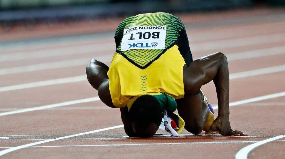 Usain Bolt besa la pista en su última carrera de 100 metros. Foto: Reuters / Lucy Nicholson