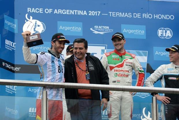 Esteban Guerrieri en el podio con la camiseta argentina