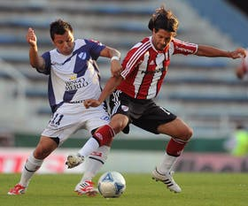 Estévez y Domínguez pelean por la pelota