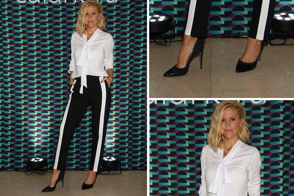 Blanco y negro para Barbie Simons. La conductora eligió una camisa con lazo y pantalones a rayas Calandra.
