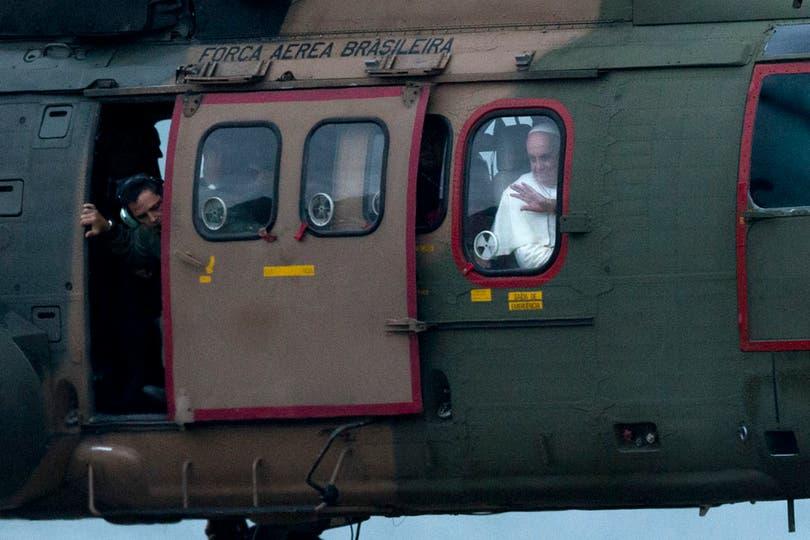 17.16 llegó en helicóptero al Forte de Copacabana, un área militar de Río de Janeiro. Foto: AP