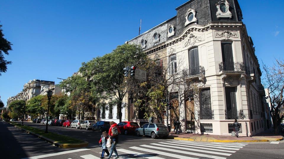 Los proyectos que se construyen sobre el corredor aledaño al Parque Lezama defienden precios similares a los de Palermo. Foto: LA NACION / Mauro Alfieri