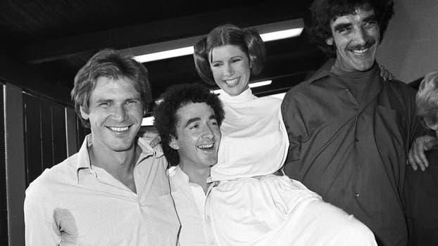 Los actores Harrison Ford, Anthony Daniels, Carrie Fisher y Peter Mayhew toman un descanso en la filmación de un especial de televisión en Los Ángeles para ser transmitido durante las fiestas. Foto: AP / George Brich