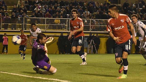 Leandro Fernández anota el gol del Rojo en Bahía Blanca