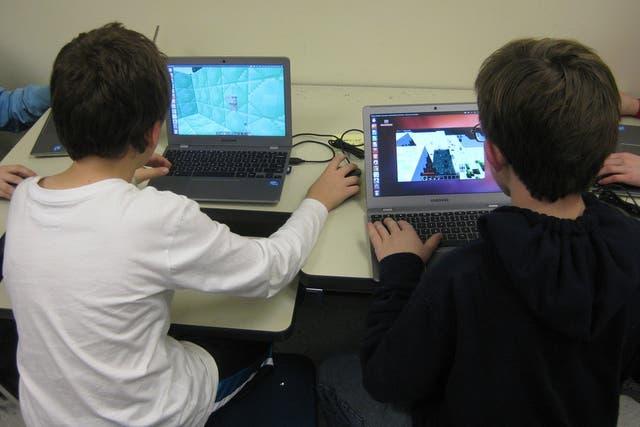 Minecraft puede resultar una alternativa para que los chicos aprendan programación