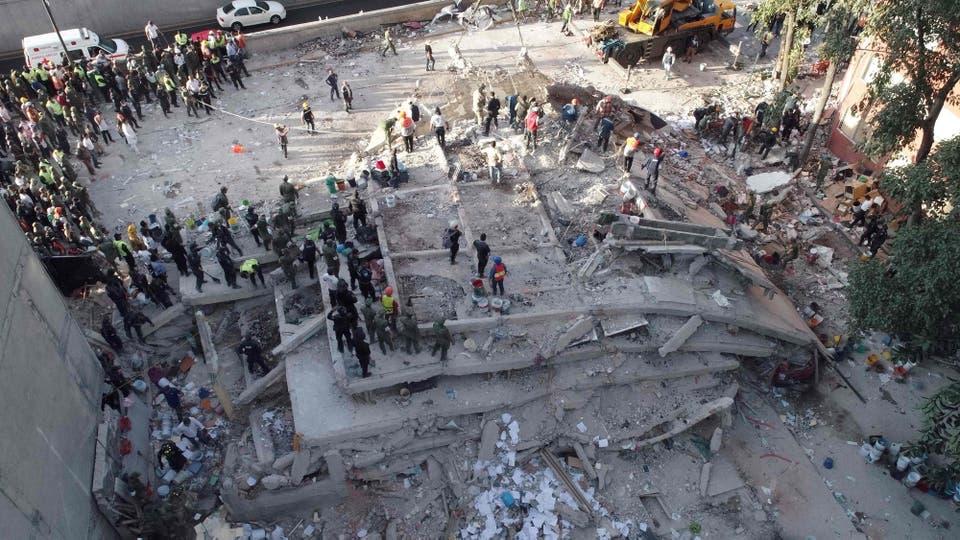 Personal capacitado trabaja sobre un edificio que quedó reducido a escombros. Foto: AFP