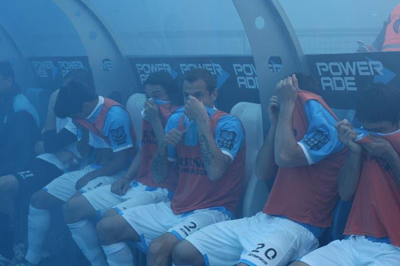 Así se taparon la cara los jugadores de Racing al entrar al campo de juego. Foto: LA NACION / Fabián Marelli