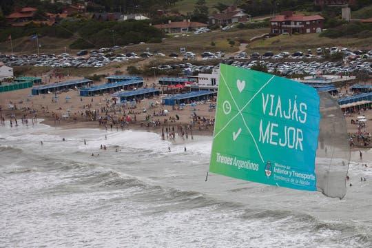 Desplegar el cartel publicitario, uno de los desafíos de  los aviadores. Foto: LA NACION / Sebastián Rodeiro