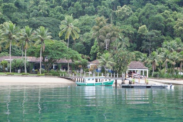 Excursión a una de las paradisíacas playas que se encuentran a poco tiempo de navegación desde Paraty