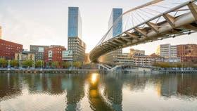 El puente Zubizuri y las torres de Arata Isozaki, nuevos íconos de Bilbao