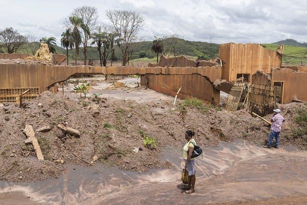 En Bento Rodrigues, un pueblo cercano a la presa de Fundão, en el estado brasileño de Minas Gerais, las casas fueron arrastradas por la corriente de lodo