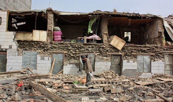 Un hombre permanece parado sobre un edificio colapsado por el terremoto. Foto: AP