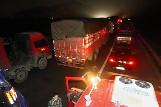 Miles de vehículos esperan en la autopista   que conduce a hacia Beijing, el embotellamiento es de más de 100 kilómetros. Foto: AP