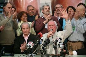 Cafiero, Argumedo, Mazzitelli, Cardelli, Bodart, Ripoll y Raffo (parados) acompañaron a Selser y Solanas en el búnker de Proyecto Sur