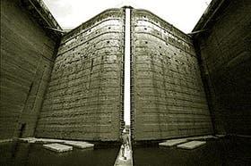 Un operario revisa las compuertas de la esclusa de Pedro Miguel, ubicada en la punta del canal que desemboca en el Pacífico, que fue vaciada para llevar adelante las imprescindibles tareas de mantenim