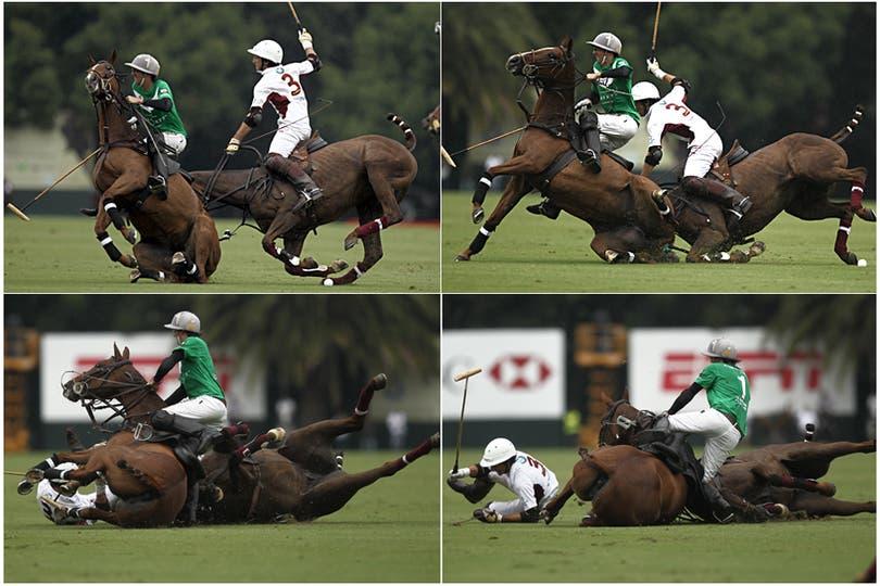 Un jugador de La Natividad cae de su caballo durante el Abierto de Polo de Palermo. Foto: LA NACION / Emiliano Lasalvia