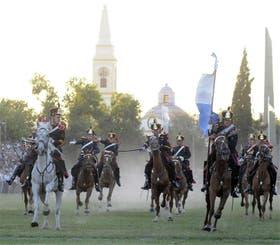 Un grupo de granaderos, con sus cabalgaduras y sus trajes típicos, en plena acción durante los festejos