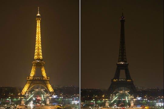 La Torre Eiffel, en la ciudad luz, se quedó sin luces. Foto: AFP