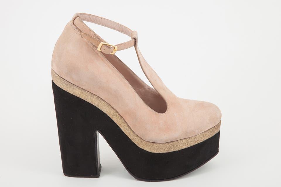 Zapato plataforma beige y negro gamuza (Justa Osadía, $1425).