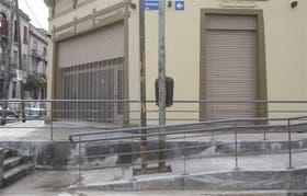 En Brandsen y Necochea, la rampa de la discordia luce el obstáculo que no permite su uso