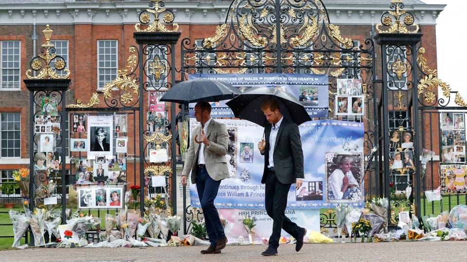 El Príncipe William de Gran Bretaña, a la izquierda, y el Príncipe Harry se alejan de las puertas del Palacio de Kensington después de colocar flores entre los tributos a su difunta madre la princesa Diana. Foto: AP / Kirsty Wigglesworth