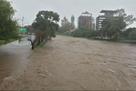 En Córdoba Capital, la crecida del río Suquía hizo intransitable la zona de la costanera