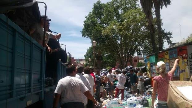 Red solidaria junta donaciones en Plaza de Mayo