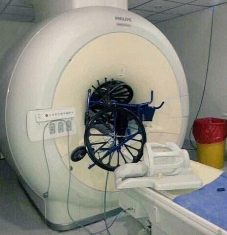 El resonador magnético del Hospital Posadas que fue dañado con una silla de ruedas