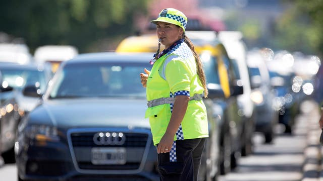 Micaela Castillo controla el tránsito en la avenida 9 de Julio
