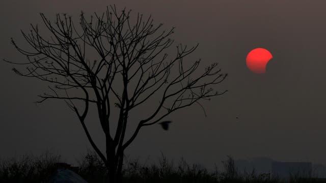 Una imagen increíble del eclipse, desde Bangladesh. Foto: AP