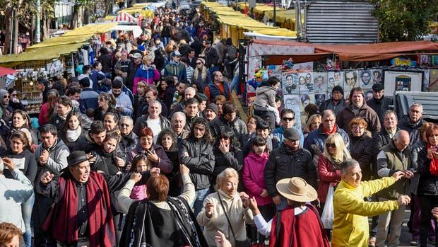 Los visitantes copan la Avenida de los Corrales, en Mataderos