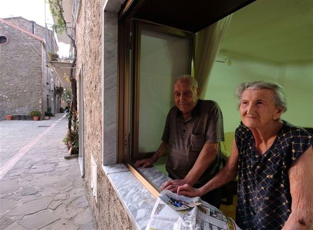 Antonio Vassallo, de 100 años, y su mujer, Amina Fedollo, de 93, en su casa en Acciaroli, en el sur de Italia