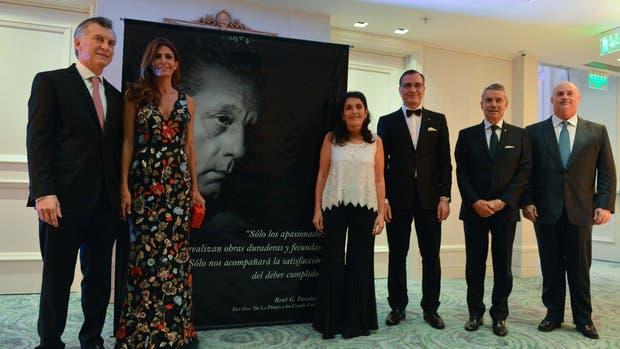 El presidente Mauricio Macri, junto a la primera dama Juliana Awada en la cena en homenaje a René Favaloro