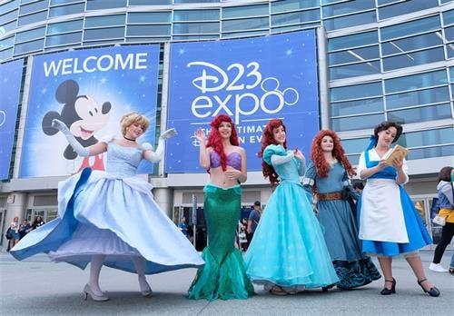Las princesas, a la entrada de la exposición que reunió a 100.000 fans y en la que la compañía de Mickey Mouse mostró sus novedades