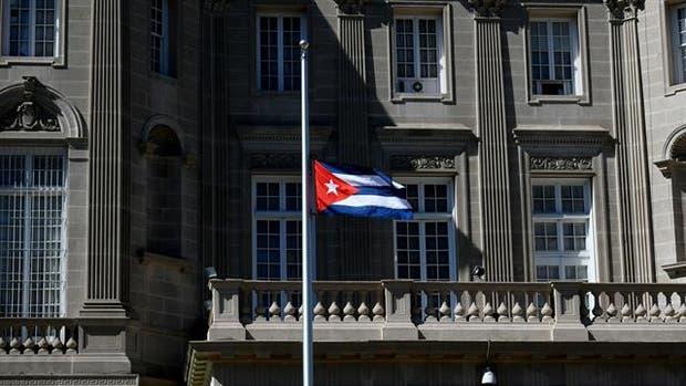 La bandera cubana fuera de la embajada de Cuba en Washington