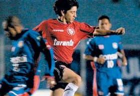 Damián Manso, de muy flojo desempeño, maniobra ante la marca de un brasileño; Independiente no pudo en los penales