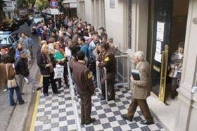 Frente al consulado de España en Buenos Aires la gente hace cola para iniciar trámites