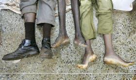 Víctimas de la reciente violencia desatada en Kenya yacen en la calle