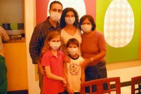 Una familia argentina aguarda en un hotel del aeropuerto de México la reanudación de los vuelos al país