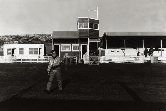 Hipódromo de Puerto Argentino, usado como  helipuerto durante la guerra. Foto: Gentileza Diego Pérez Andrade