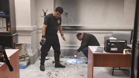 Un manifestante arrojó una bomba molotov al edifico del Senado bonaerense, en La Plata