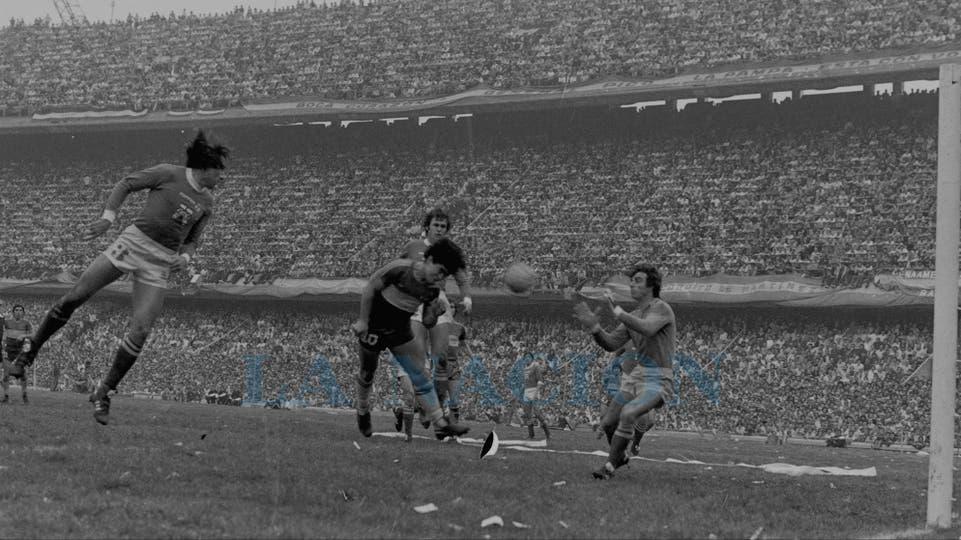 2-8-1981: cabezazo entre Oscar Garré, Barisio y Héctor Cúper. Foto: LA NACION