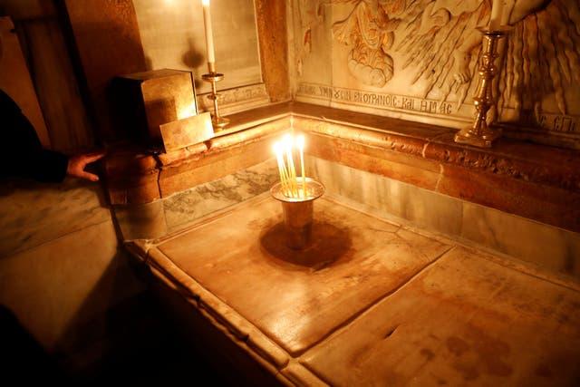 La tumba de Jesús, según la tradición cristiana, dentro del Edículo de la Iglesia del Santo Sepulcro, en Jerusalén,