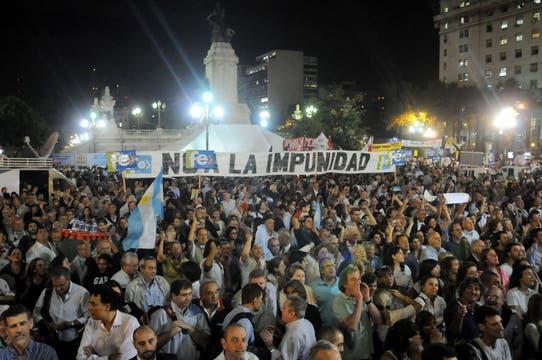 Gran cantidad de gente se manifiesta en la puerta del Congreso en contra de la reforma. Foto: DyN