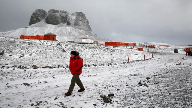 Lucas Lugones, vicecomodoro de la fuerza aerea, recorre la base Carlini, en la Antartida. Foto: LA NACION / Fernando Gutierrez