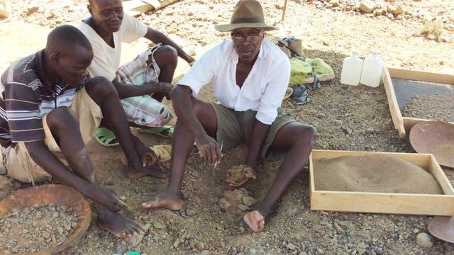 """John Ekuzi, el """"cazador de fósiles"""", en un sitio de excavación"""