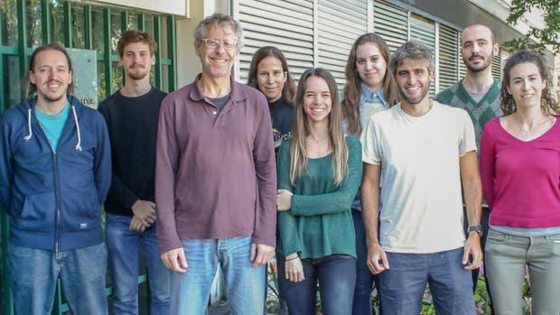Alejandro Schinder (tercero desde la izquierda), jefe del Laboratorio de Plasticidad Neuronal del Instituto Leloir, con la autora principal del estudio, Mariela Trinchero (centro), Silvio Temprana, quien también firmó el trabajo, y otros integrantes del grupo