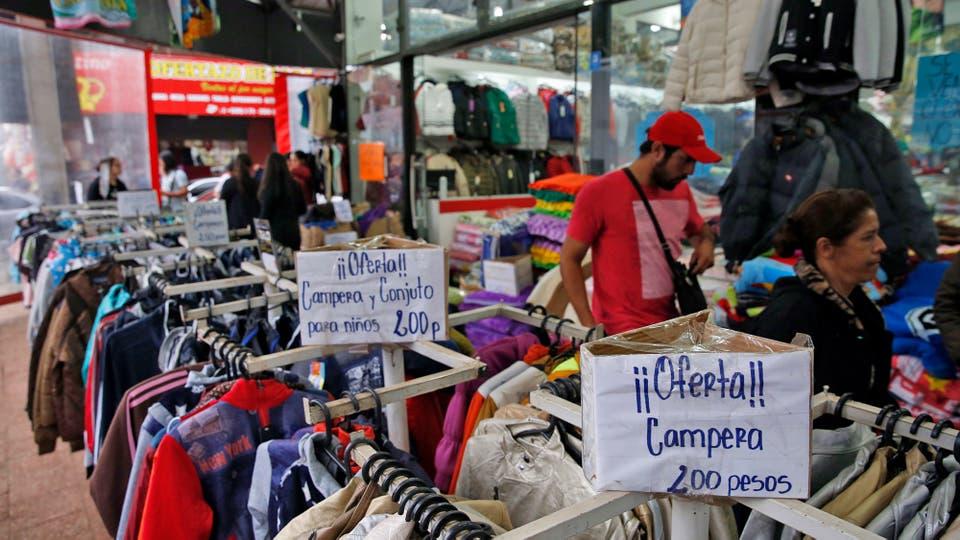 Tal es la cantidad de argentinos que cruzan a comprar que los productos se exhiben en pesos. Foto: LA NACION / Emiliano Lasalvia /Enviado especial