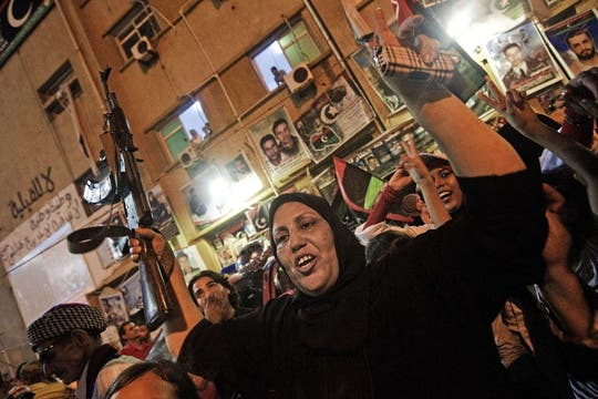 Rebeldes celebran el avance en Trípoli contra el régimen de Kadhafi, en la Plaza de la Libertad en Benghazi, Libia. Foto: AFP