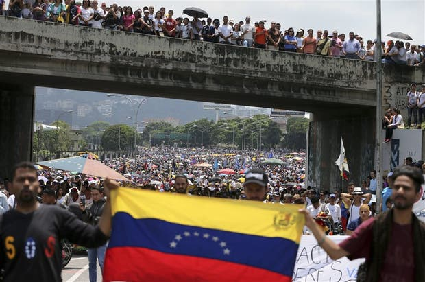 Manifestantes opositores bloquearon ayer una autopista en Caracas